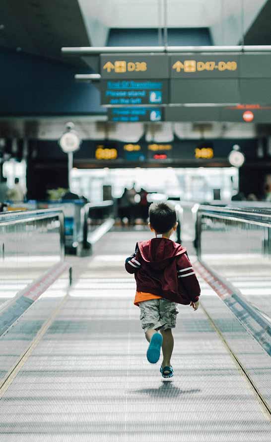 niño corriendo en aeropuerto
